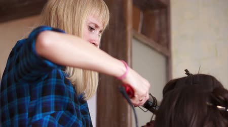 keyifli : Girl curls her friends hair with a Curling iron Stok Video