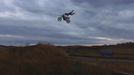 combustão : Extreme Freestyle Motocross Jumping on ramp aerial view 4k Vídeos