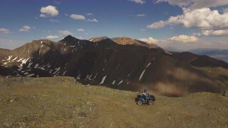 folga : Aerial view 4x4 ATV driving off road to top of mountain peak Altai 4k Vídeos