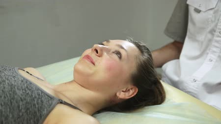 manipulacja : The girl receives a physiotherapy massage during a session with a chiropractor. Alternative medicine treatment and rehabilitation of patients.