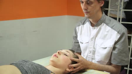 манипуляция : The girl receives a physiotherapy massage during a session with a chiropractor. Alternative medicine treatment and rehabilitation of patients.