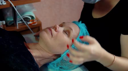 rozšíření : Makeup artist doing curling and keratin lash lift for female client, procedure for the care of eyelashes in a beauty salon, dolly shot. Dostupné videozáznamy