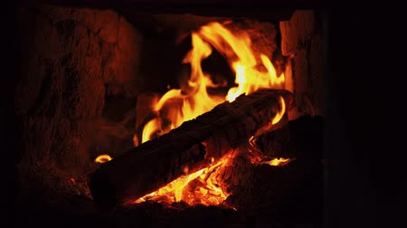 trouba : Close-up shot of a dry firewood, warmth and warmth of a fireplace. Dostupné videozáznamy