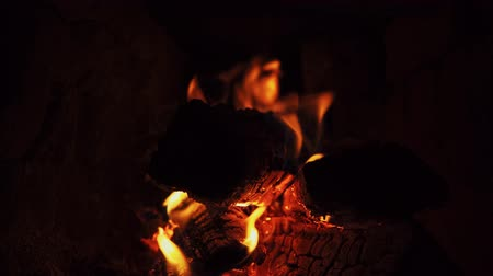 сжигание : Close-up shot of dry firewood, warm and cozy burning fire in a brick furnace.
