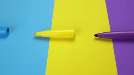 zvýrazňovač : Colorful marker pen set on isolated background with clipping path. Vivid highlighter and blank space for your design or montage.