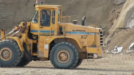 yükleyici : Wheel loader bulldozer moving at construction site