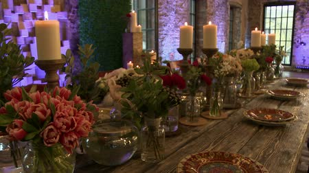 restoran : Dining table lavishly decorated with fresh flowers