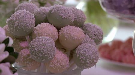luxo : Tasty lollipops with coconut on dessert table