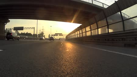 var : The view from the window of a moving vehicle on the highway against the backdrop of a beautiful sunset Stok Video