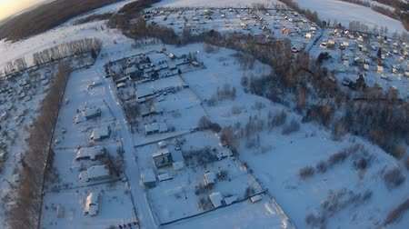 vila : Winter village landscape aerial view Vídeos