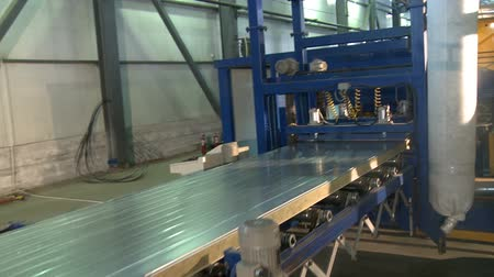 посылка : Sandwich panel producing machine at work