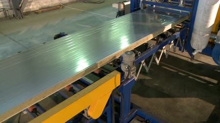 посылка : Sandwich panel cutting device at work Стоковые видеозаписи