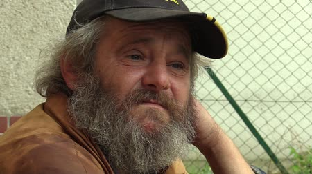 бедный : Authentic emotion homeless man senior, Europe