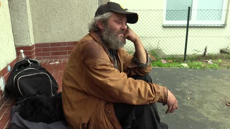 hajléktalan : Authentic emotion homeless man senior, Europe