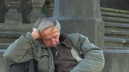 hajléktalan : Authentic emotion homeless man asleep, at town of Olomouc, Europe