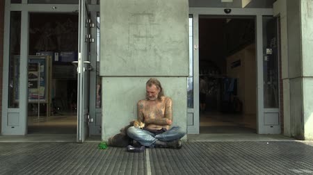 garça real : OLOMOUC, CZECH REPUBLIC - AUGUST 27, 2015: Authentic emotion senior man in city homeless and begging a woman Gives money, Europe, EU