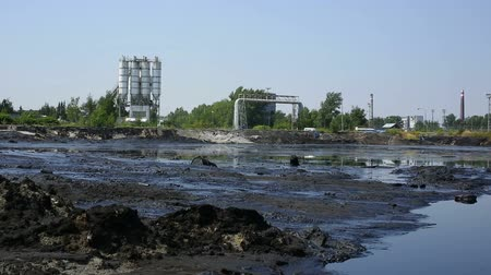 wysypisko śmieci : The former dump toxic waste, effects nature from contaminated soil and water with chemicals and oil, environmental disaster, contamination of the environment