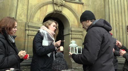 az érintett : OLOMOUC, CZECH REPUBLIC, DECEMBER 12, 2017: The Scout girl ignites lantern to the Christians the Bethlehem light from Palestine the birthplace and grave of Jesus Chris