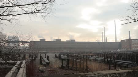 ситуация : OSTRAVA, CZECH REPUBLIC, DECEMBER 17, 2017: Factory for processing of hot metal and steel, smog in city Ostrava, dust in the air, danger to human health calamity serious Стоковые видеозаписи