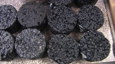 borracha : Sample of modern rubber asphalt with a detailed scientific, a gap-like mixture with air pores and noise-blocking aggregates, technology for asphalt road motorway driving Stock Footage