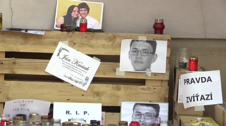társult : OLOMOUC, CZECH REPUBLIC, MARCH 1, 2018: A memorial place with burning candles and photographs of murdered Slovakian journalist Jan Kuciak, the murder is associated with the Italian mafia Stock mozgókép