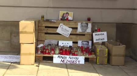 humanidade : OLOMOUC, CZECH REPUBLIC, MARCH 1, 2018: A memorial place with burning candles and photographs of murdered Slovakian journalist Jan Kuciak, the murder is associated with the Italian mafia Stock Footage