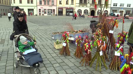monção : OLOMOUC, CZECH REPUBLIC, MARCH 30, 2018: Sales of traditional Easter whip folk celebrations holidays on the square market in Olomouc, holidays of spring and calm, Paschal holiday, people