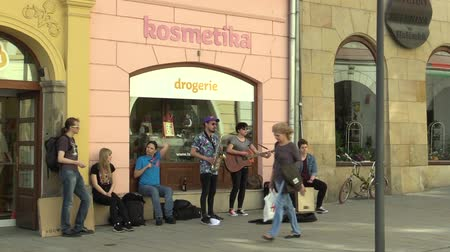 szakszofon : OLOMOUC, CZECH REPUBLIC, APRIL 12, 2018: Street music busking band group playing on saxophone, guitar and drum, begging money on the street city performance buskers, Czech Republic, Eurore