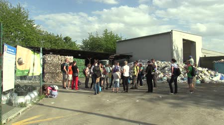 nevetséges : OLOMOUC, CZECH REPUBLIC, APRIL 25, 2018: Building house line for industrial sorting of different types of plastics waste, excursion to public of women, men and children, ecology education recycling