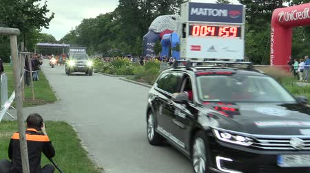seçkinler : OLOMOUC, CZECH REPUBLIC, JUNE 23 , 2018: Half Marathon race run Olomouc 9th, track in center of city in park Smetana sady, elite runners from Kenya, Ethiopia, Stephen Kiprop, Jemal Yimer and media car