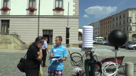 az érintett : OLOMOUC, CZECH REPUBLIC, AUGUST 2, 2018: Scientific measurement of meteorological parameters on a mobile weather monitoring station science, survey of the citys population people