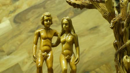 vytesaný : OLOMOUC, CZECH REPUBLIC, JANUARY 2, 2019: Adam and Eve trimmed with olive wood carved, small figures, biblical sufferings of peoples forefathers, Moses book, Abrahamic religions, creation myth Dostupné videozáznamy