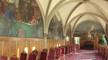 voute : OLOMOUC, CZECH REPUBLIC, APRIL 15, 2018: Knights Hall in the town city hall of Olomouc, memorial, ceremonial and wedding room, motifs of Christian royal king and war, gothic vaulted ceiling