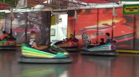 pista de corridas : OLOMOUC, CZECH REPUBLIC, AUGUST 30, 2018: Bumper cars children and dodgems multifunctional fun and attraction modern tempting, people child are happy amusement park, bumping, dodging and dashing