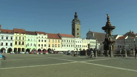 основной : CESKE BUDEJOVICE, CZECH REPUBLIC, SEPTEMBER 2, 2018: City of main square Premysla Otakara II of czech city Ceske Budejovice, life of day, Samson fountain and resting people, Black Tower sightseeing