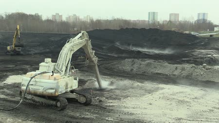 kükürt : OSTRAVA, CZECH REPUBLIC, NOVEMBER 28, 2018: Liquidation of remediation of landfills waste of oil and toxic substances, burnt lime is applied to the oil pollution by means of fine cutter excavator Stok Video