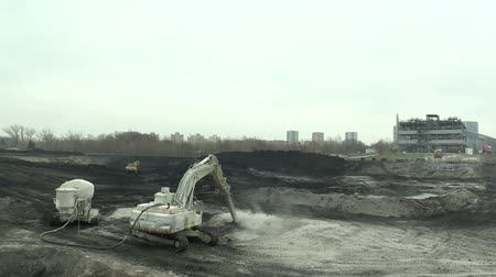 produtos químicos : OSTRAVA, CZECH REPUBLIC, NOVEMBER 28, 2018: Liquidation of remediation of landfills waste of oil and toxic substances, burnt lime is applied to the oil pollution by means of fine cutter excavator Stock Footage