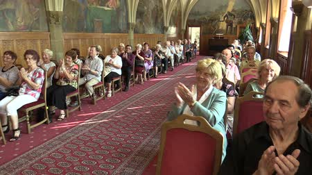 rytíř : OLOMOUC, CZECH REPUBLIC, APRIL 15, 2018: Knights Hall in the town city hall of Olomouc, people applause and clapping, old people retirees sitting on chairs, gothic vaulted ceiling, ceremonial