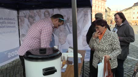 democrático : OLOMOUC, CZECH REPUBLIC, SEPTEMBER 2, 2018: The pre-election meeting of the Civic Democratic Party of ODS on square, people receive free-of-charge wine and sweets, discussing politics, policy election