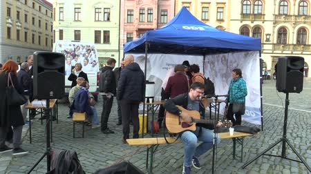 receber : OLOMOUC, CZECH REPUBLIC, SEPTEMBER 2, 2018: The pre-election meeting of the Civic Democratic Party of ODS on square, people receive free-of-charge wine and sweets, musician playing guitar