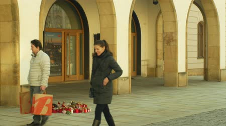 perseguição : OLOMOUC, CZECH REPUBLIC, JANUARY 16, 2019: Jan Palach student burning with fire 50 years anniversary, memorial, candles and burning people are sad, people are walking around the square