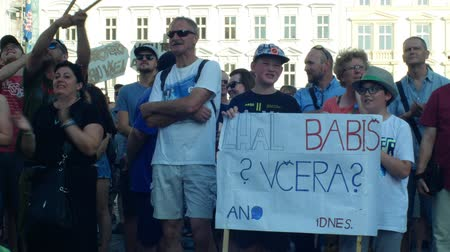 řev : PRAGUE, CZECH REPUBLIC, JUNE 11, 2019: Demonstration of people crowd against the Prime Minister Andrej Babis, people roar call resignation and demission