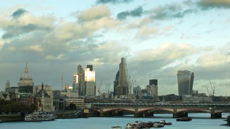londra : Reflective Thames and The City of London