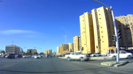 príncipe : Traffic at the intersection of King Saud Rd. and Prince Abdulaziz ibn Musaidibn Jalawi St., Riyadh Stock Footage