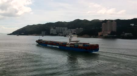 náutico : A cargo ship leaving Hong Kong via Tung Wan Bay near the Ma Wan Island. A view from a quadcopter