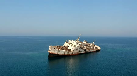 vrak : A white passenger ship wrecked on the coral reef at the Red Sea near the coast of Saudi Arabia