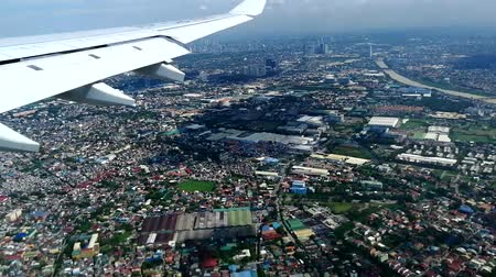 yoğunluk : An aerial view of Manila from the window of the descending aircraft Stok Video