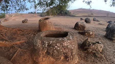 starožitnosti : Megalithic landscape and ancient stone jars at Plain of Jars, Phonsavan, Laos Dostupné videozáznamy