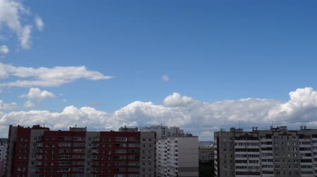 meteorologia : White clouds running over city, summer day-time. Timelaps. Stock Footage