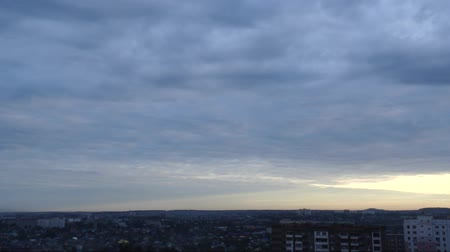 meteorologia : White clouds running over city, early morning cloudscape. Timelaps.